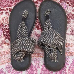 Sanuk yoga gray Chevron sling back sandals
